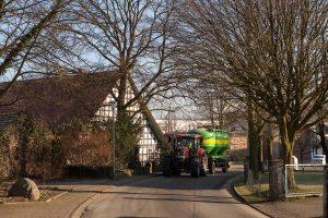 Alte Hedemer Dorfstraße mit Blick auf den Fachwerkhof Glauert, Familie Schnell-Steven