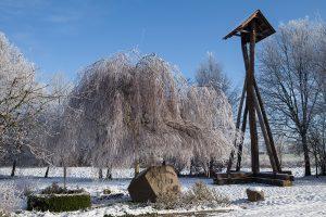 Dorfplatz Hedem im Winter 2017 mit der Hedemer Dorfglocke, die regelmäßig 3x täglich, zu Todesfällen und Geburten geläutet wird. Kontakt bei Gerd-Wilhelm Rahe 05743 - 691. Foto: Eva Rahe